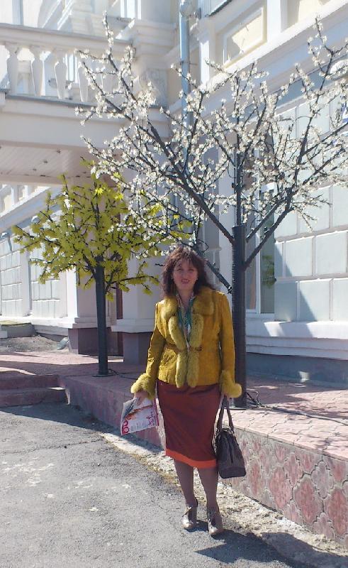 Я в мае 2013 , гуляючи по городу....(уже 75 кг)