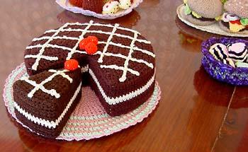 Хочу показать вязаные крючком тортики и пироженки (найдено в инете). пусть и...