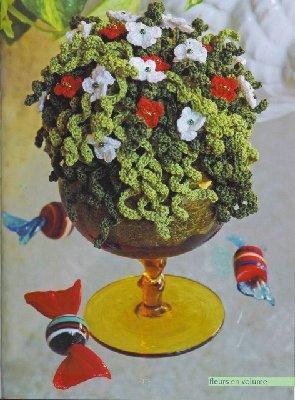 Цветы лепят, рисуют, плетут, вышивают лентами, делают из воздушных шаров, выкладывают из перьев, вяжут.