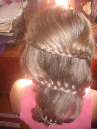 Плетение косы с одним подхватом и выпущенными прядями.